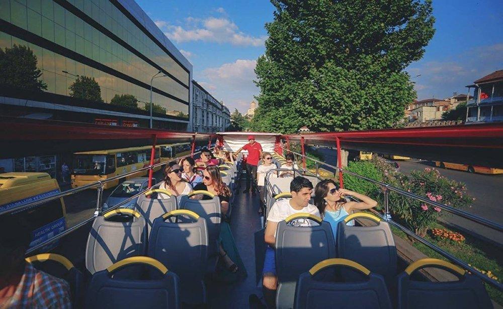 Приобрести билеты на прогулку по Тбилиси и прокатиться на автобусе-кабриотеле можно в течение 24 часов. Компания работает круглосуточно.