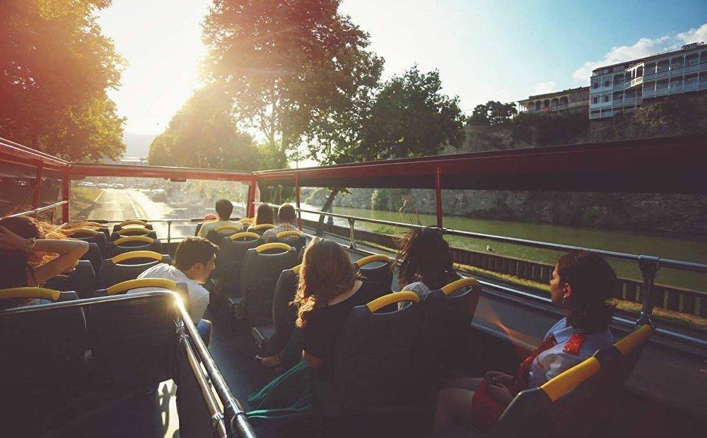 Внимание гостей столицы Грузии часто привлекают двухэтажные автобусы-кабриолеты с открытым верхом, которые возят туристов по историческому центру Тбилиси.