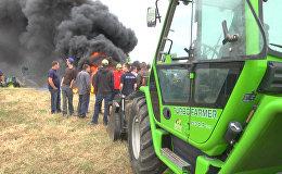 Французские фермеры жгли шины у перекрытой в знак протеста дороги в Германию