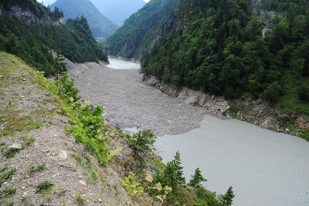Сплавляемый лес по реке Ингури образовал затор, бревна сцепились друг за друга и дальше проходить не хотят.