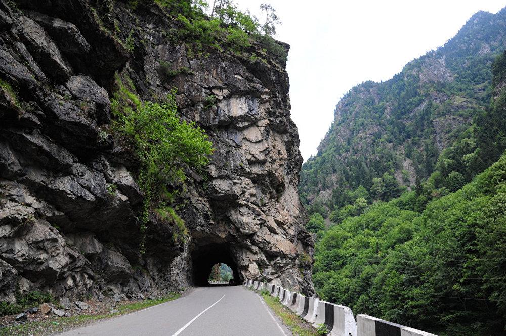 На протяжении всей трассы Зугдиди-Местия прорублены в скалах 10 тоннелей.