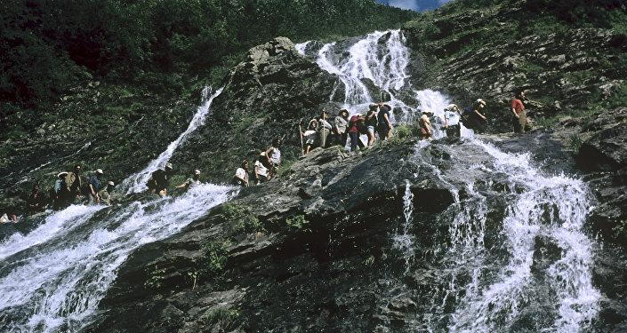 მთის ჩანჩქერი ქლუხორის უღელტეხილზე