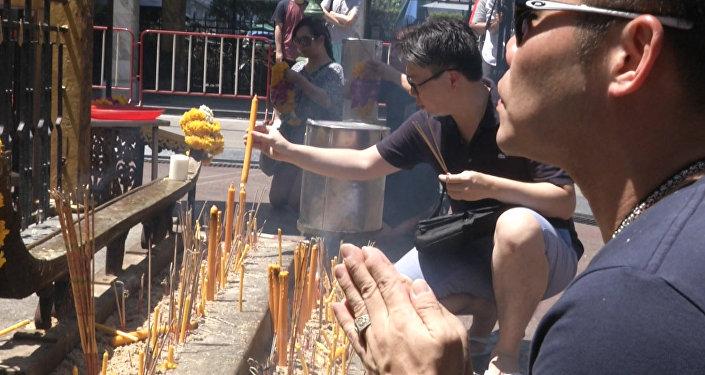Свечи, благовония и молитвы: в Бангкоке почтили память погибших в теракте