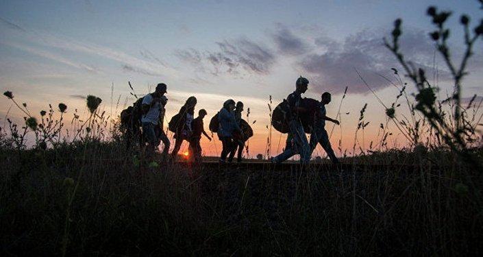 Беженцы идут по полю. Архивное фото