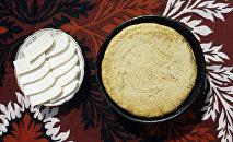 Блюда аджарской кухни: чирбули и сыр сулугуни.