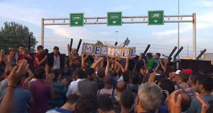 Беженцы стучали в стену на границе Венгрии и кричали: Меркель, спаси нас!