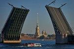Вид на разведенный Дворцовый мост и Петропавловскую крепость в Санкт-Петербурге