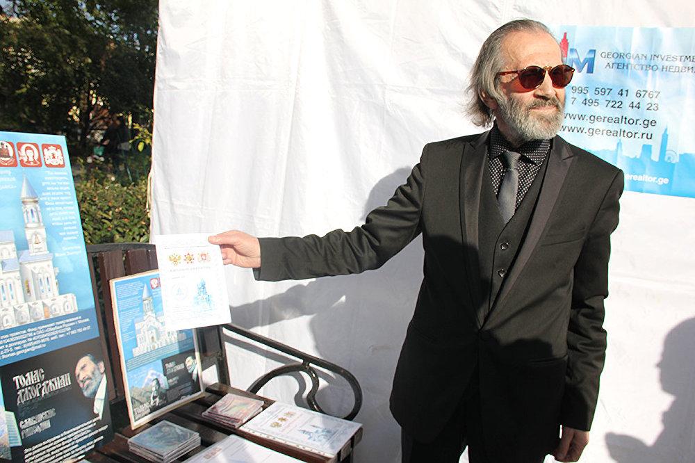 Отдельно стоит колоритный старик в черном костюме с гривой седых волос. Его зовут Томас Джорджиан. Он – известный певец и основатель общества российско-грузинской дружбы «Дзарисса».