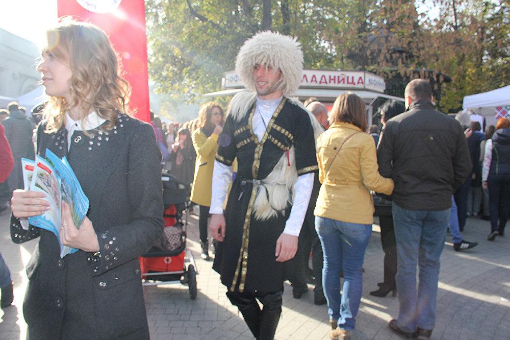 Собственно, грузинская речь начинает звучать уже от ближайшей станции метро «Чеховская». Вот со стороны сада «Эрмитаж» идут почтенные грузины-старики. А вот – молодая семья с детской коляской направляется на праздник. Туда же движутся молодые парни-грузины.