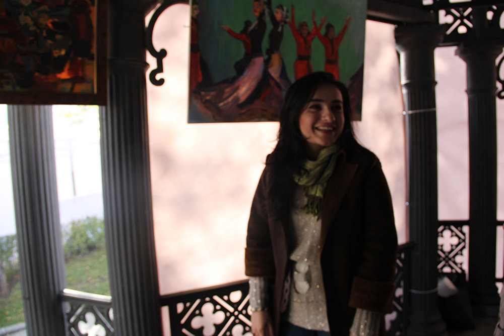 Одна из художниц присутствует непосредственно на вернисаже. Это очень красивая молодая девушка и зовут ее Нино Шервашидзе. - Я родилась в Грузии, но училась и работаю в Москве, - говорит Мэри. – И когда я в России, я скучаю по Грузии. Она мне снится, я пишу ее на своих холстах. Правда, когда я в Грузии, я начинаю скучать по Москве. В этом году выставка организована на высшем уровне. В прошлом году я была как зритель, а в этом – участвую. И мне все-все здесь очень нравится.