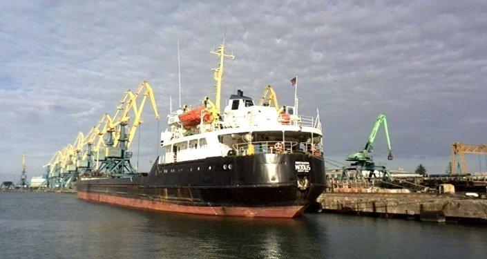 Судно в порту Поти