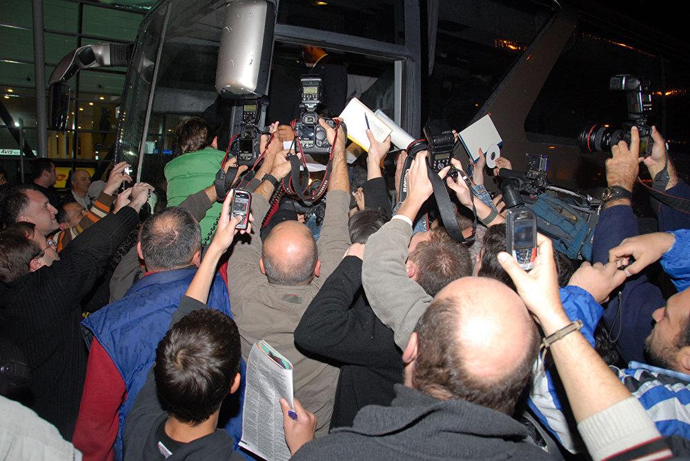 В тбилисском аэропорту Бога футбола встретили десятки журналистов. Работали