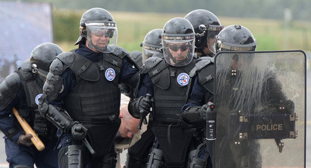 Сотрудники французской полиции