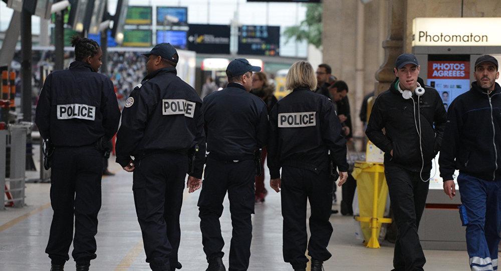 Полицейские в Париже.