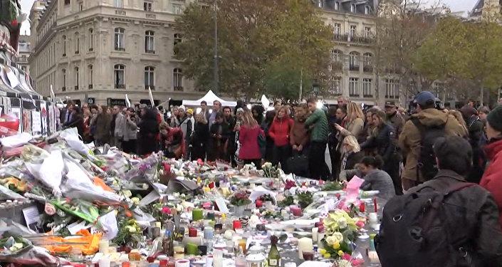 Парижане несли цветы к статуе Республики в память о жертвах терактов