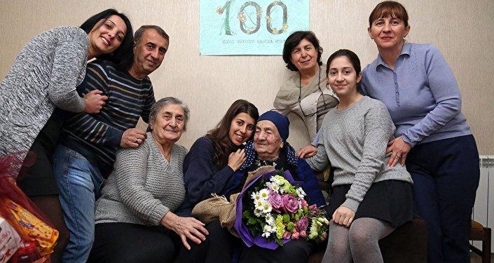 Долгожительница Грузии вместе с семьей