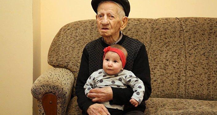 Поздравляю с юбилеем! Жить 100 лет и больше, причем достойно, это равно героизму! - пишет мэр Тбилиси.
