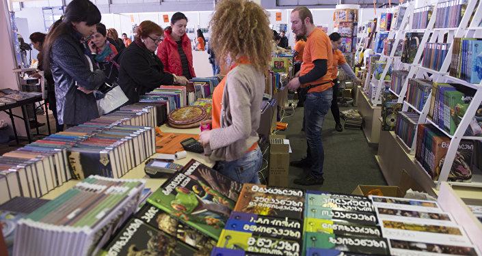 თბილისში მკითხველებს ქართული, რუსული და ინგლისური წიგნები წარმოუდგინეს