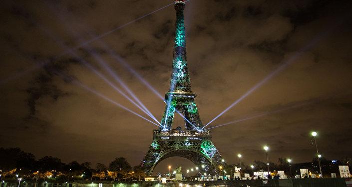 Подсветка Эйфелевой башни в Париже