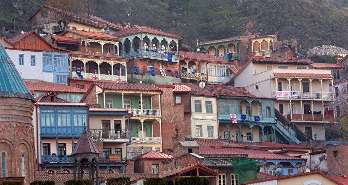 Дома в Тбилиси с флагами Грузии и ЕС