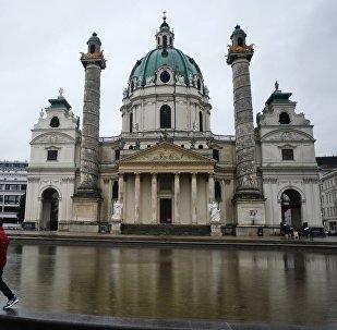 Католическая церковь Карлскирхе на площади Карлсплац в Вене