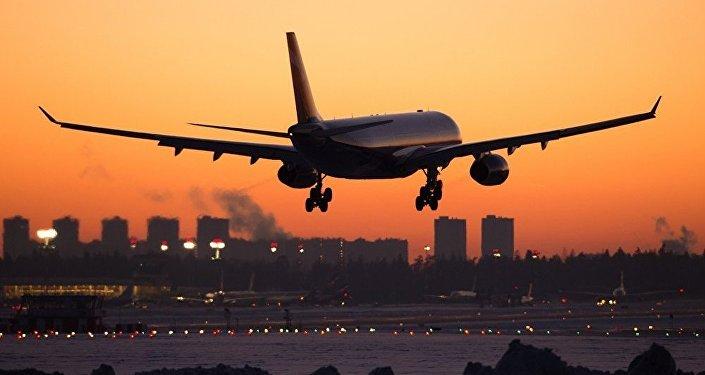 самолет на взлете из аэропорта