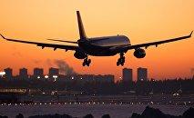 самолет Airbus A330 на взлете из аэропорта