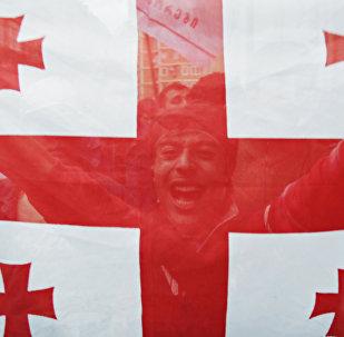 Житель Тбилиси с флагом Грузии, архивное фото