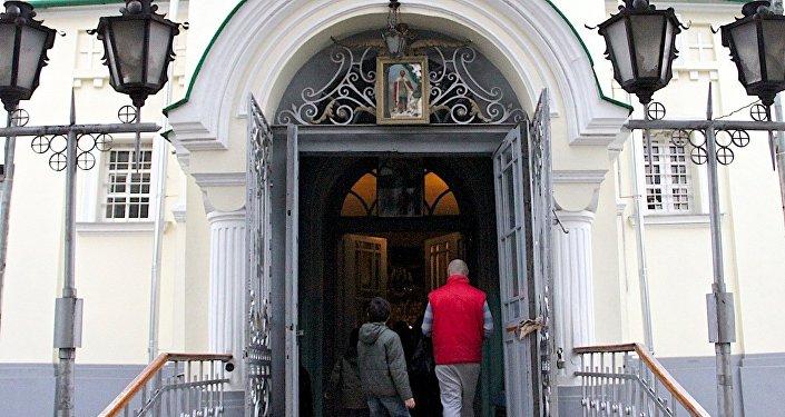 Верующие входят в русскую церковь Св. Александра Невского