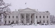 Здание Белого дома в Вашингтоне в снегу