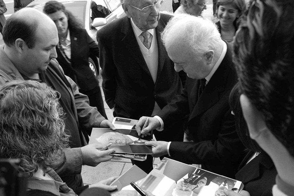 Став президентом Грузии, Эдуард Шеварднадзе не смог добиться возвращения Абхазии и Южной Осетии, и решения политико-экономических проблем страны. В ноябре 2003 года был вынужден подать в отставку в ходе Революции роз.