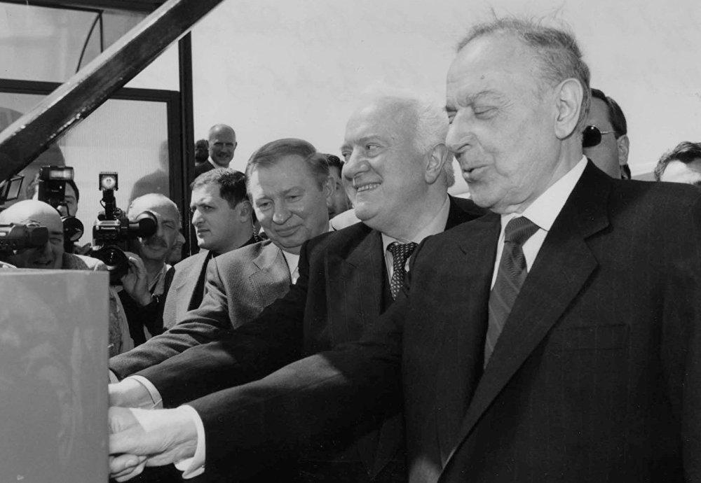 Шеварднадзе являлся одним из соратников М. С. Горбачёва в проведении политики перестройки, гласности и разрядки международной напряженности. На снимке - президенты уже независимых Украины, Грузии и Азербайджана Леонид Кучма, Эдуард Шеварднадзе и Гейдар Алиев, архивное фото.