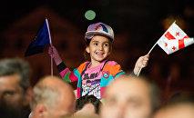 Девочка с флагами Грузии и Евросоюза, архивное фото