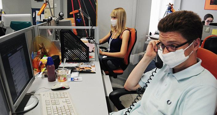 Люди в марлевых повязках на работе, архивное фото