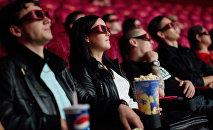 Зрители сидят в кинотеатре