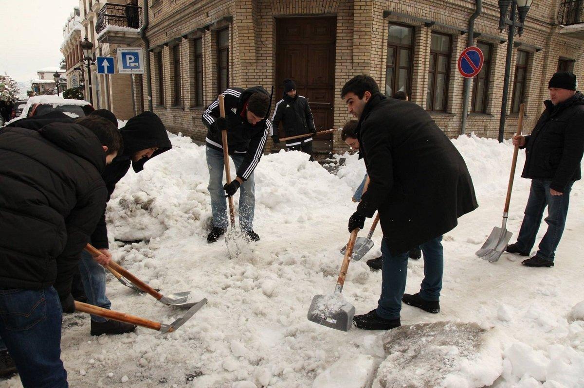 მოხალისეები ბათუმის ქუჩებს წმენდენ