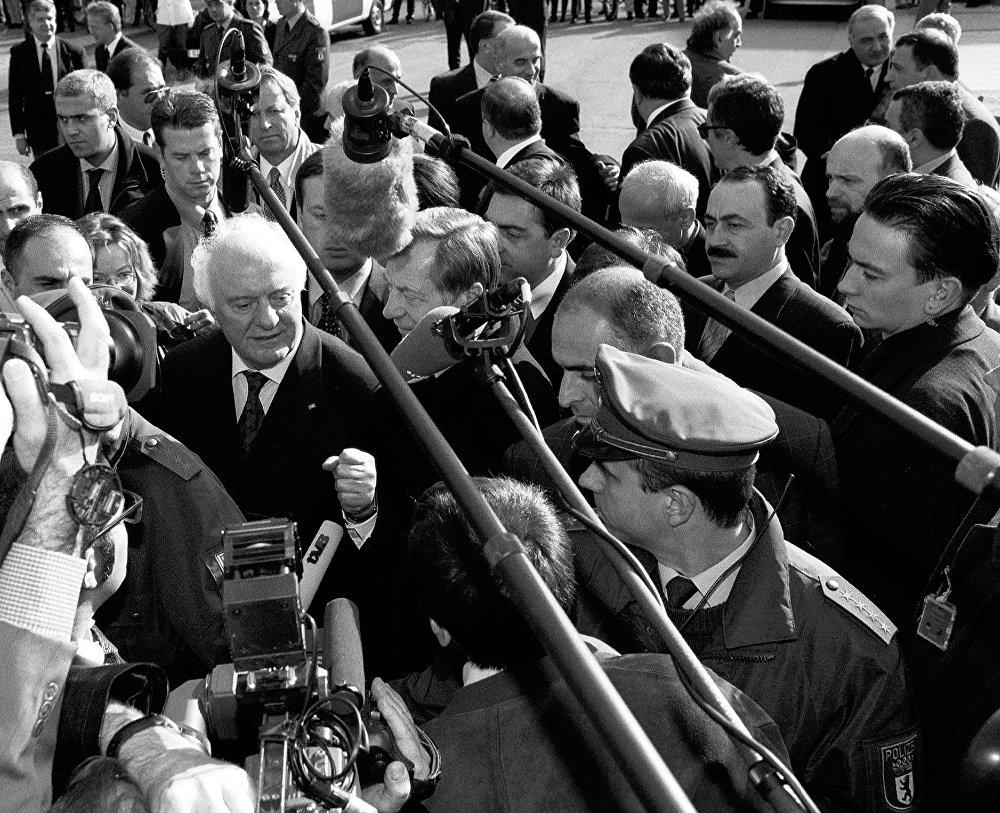 Эдуард Шеварднадзе, занимавший пост министра иностранных дел СССР в конце 80-х, вернулся в независимую Грузию после свержения власти Звиада Гамсахурдия и занял пост председателя Госсовета, а затем председателя парламента страны. В последующем два раза был избран на пост президента Грузии - в 1995 и в 2000 годах.