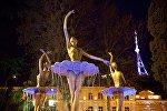 Скульптуры балерин у оперного театра в Тбилиси