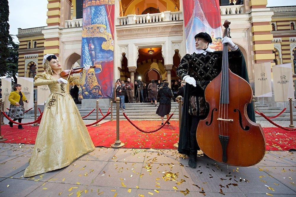 За настоящим представлением под открытым небом на проспекте Руставели в день открытия Тбилисского театра оперы и балета могли наблюдать все прохожие.