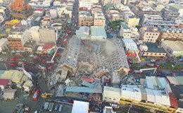 Землетрясение на Тайване уничтожило 17-этажный дом. Съемка с дрона