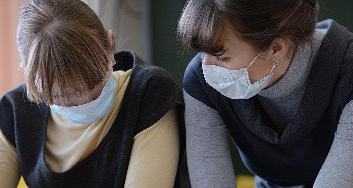 Девушки в антивирусных масках