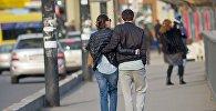 Влюбленные прогуливаются по центру грузинской столицы.