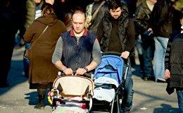 Отцы семейств - прогулка с детьми в зимний день.