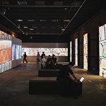 В огромном зале Музея Москвы картины Резо Габриадзе транслировались на стены. Так зрителю представлены около 600 работ мастера.
