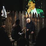 Резо Габриадзе беседует с журналистами в Музее Москвы, во время проведения Необыкновенной выставки.