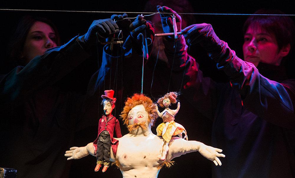 Сцена из спектакля Рамона Театра марионеток Резо Габриадзе.