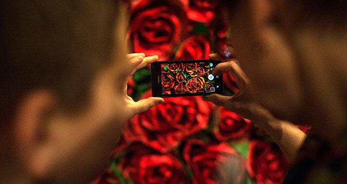 Посетители на открытии мультимедийного проекта Резо Габриадзе Необыкновенная выставка в Красном зале Музея Москвы.