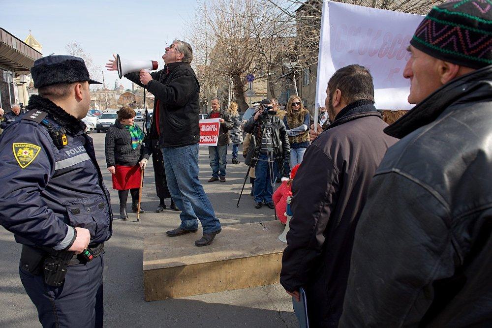 Полиция не препятствовала ходу проведения акции, попросив у протестующих лишь не препятствовать движению машин по проезжей части.