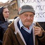 Один из участников акции протеста у здания дворца президента в Тбилиси.