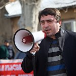 На акции выступает лидер партии Нейтральная Евразийская Грузия Арчил Чкоидзе. Как он заявил, действующий президент Грузии выражает интересы узкой группы лиц и его деятельность не направлена на благо обычных граждан.